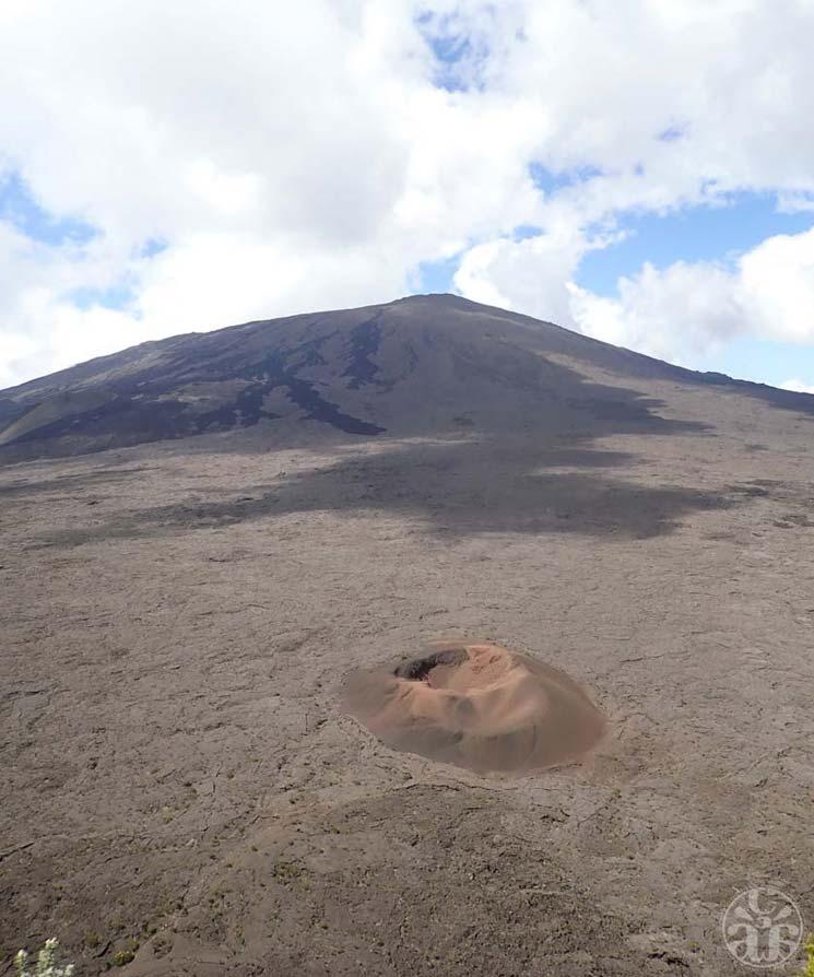 La Fournaise et à son pied le cratère Formica Leo