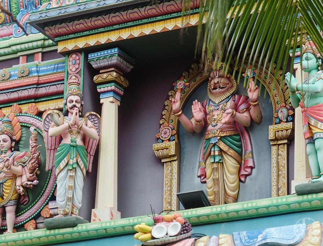 Statuette de divinités sur la devanture du temple