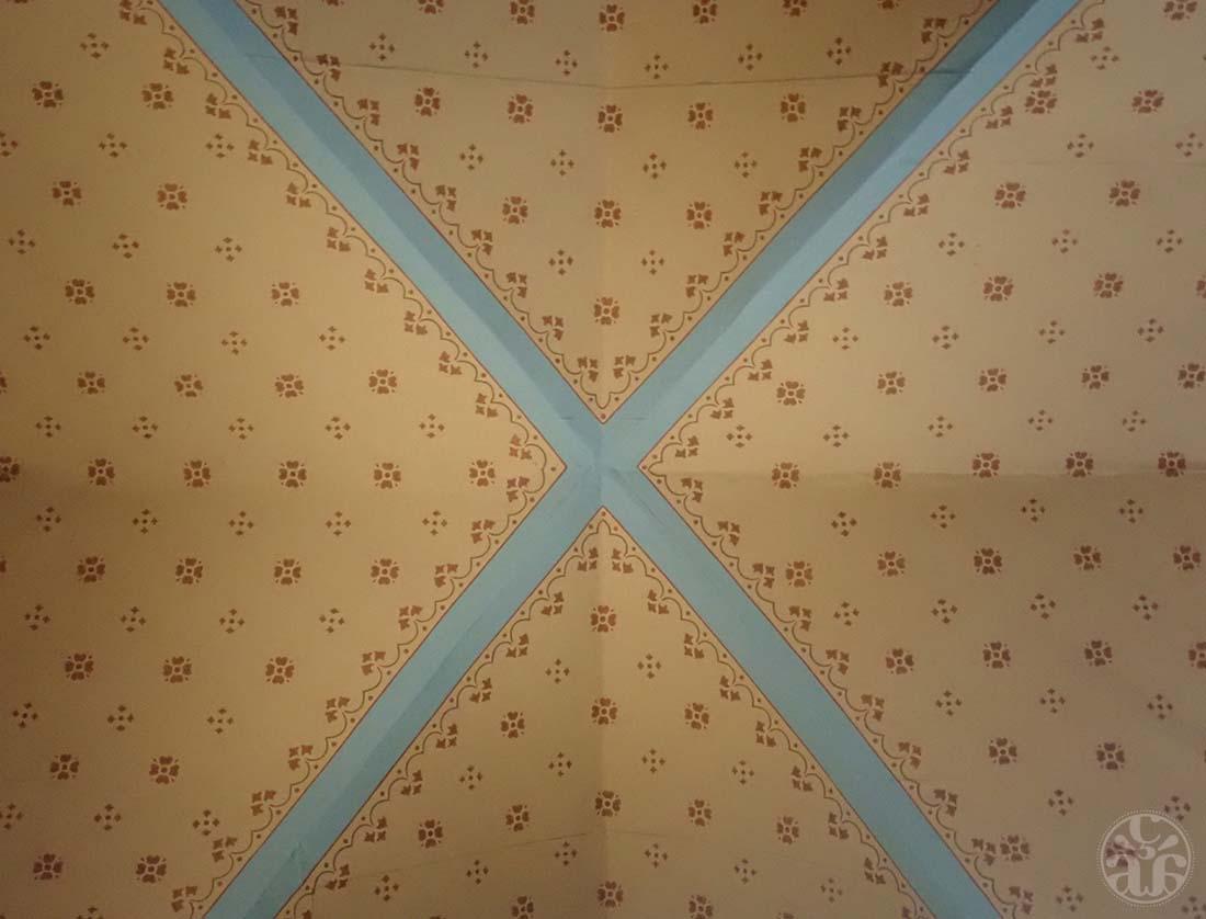 Le plafond à l'intérieur de l'église