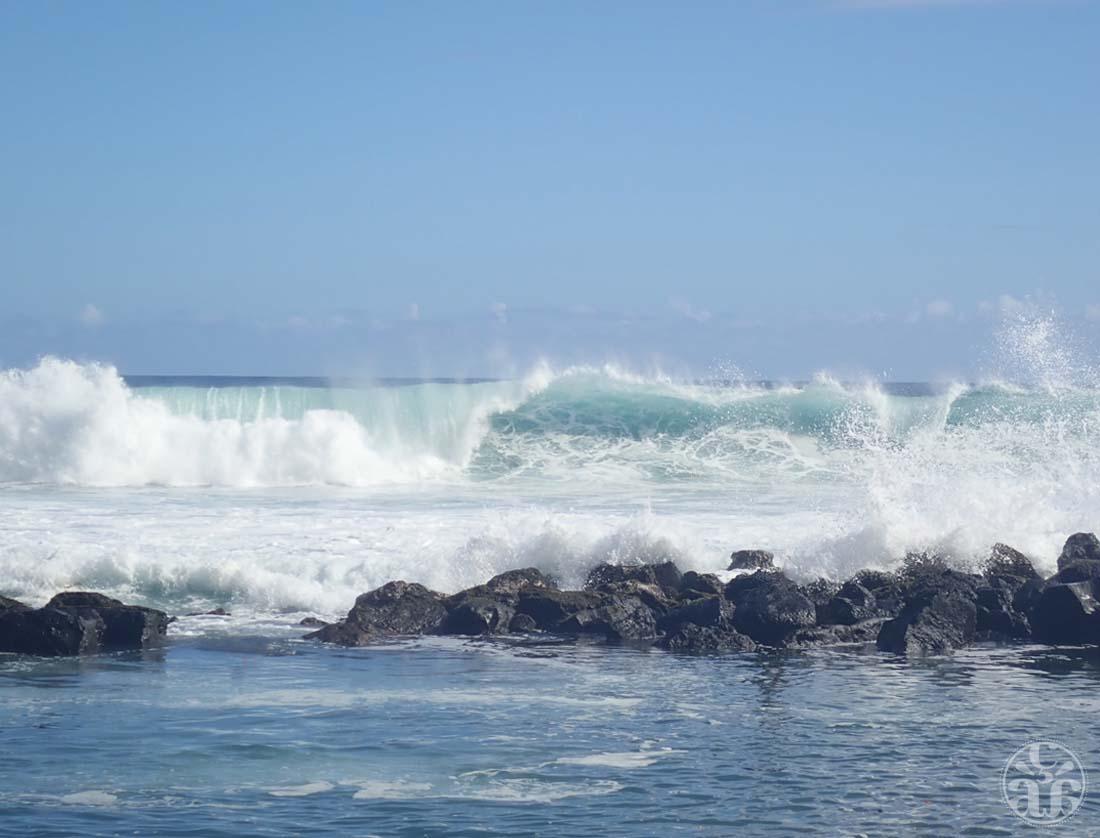Les vagues qui frappent les rochers