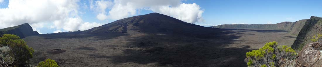 Panorama sur le sommet avec de gauche à droite : le Rempart de Bellevue, le cratère Formica Leo et le rempart du Tremblet