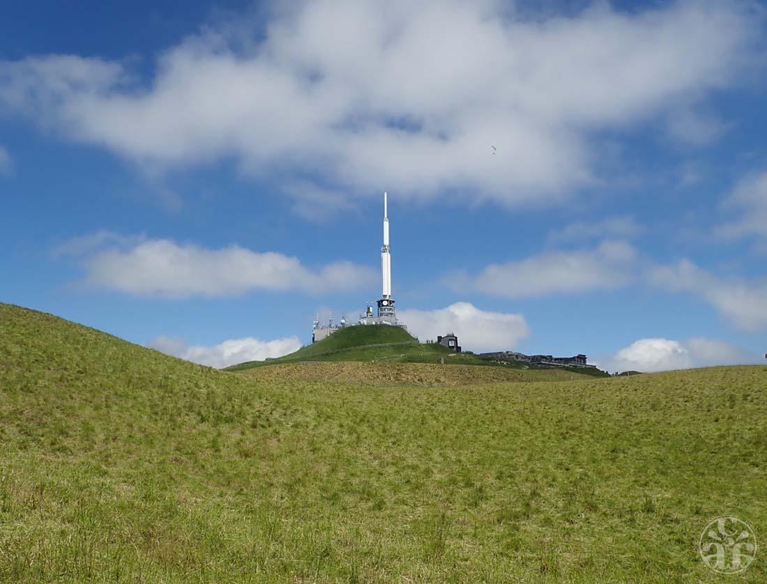 Le Dôme et son antenne télé gigantesque