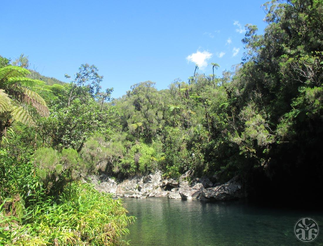 Bassin des Hirondelles et sa caverne à droite