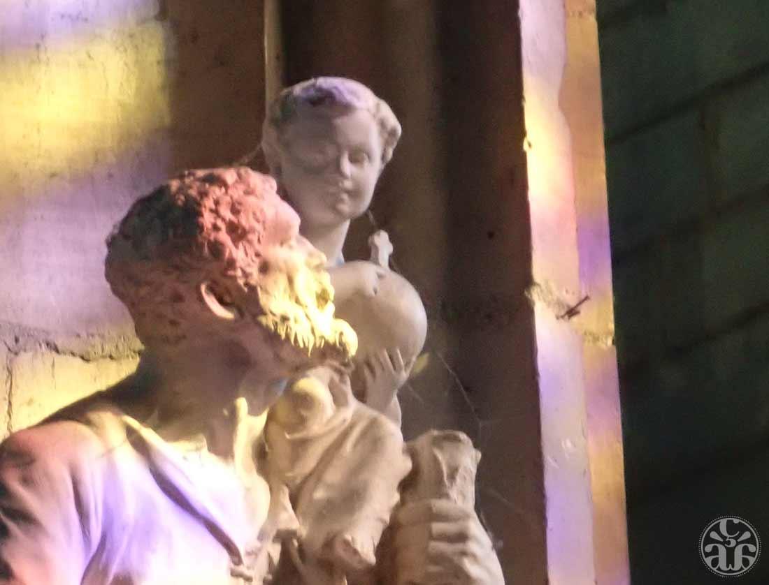 Statue et vitraux