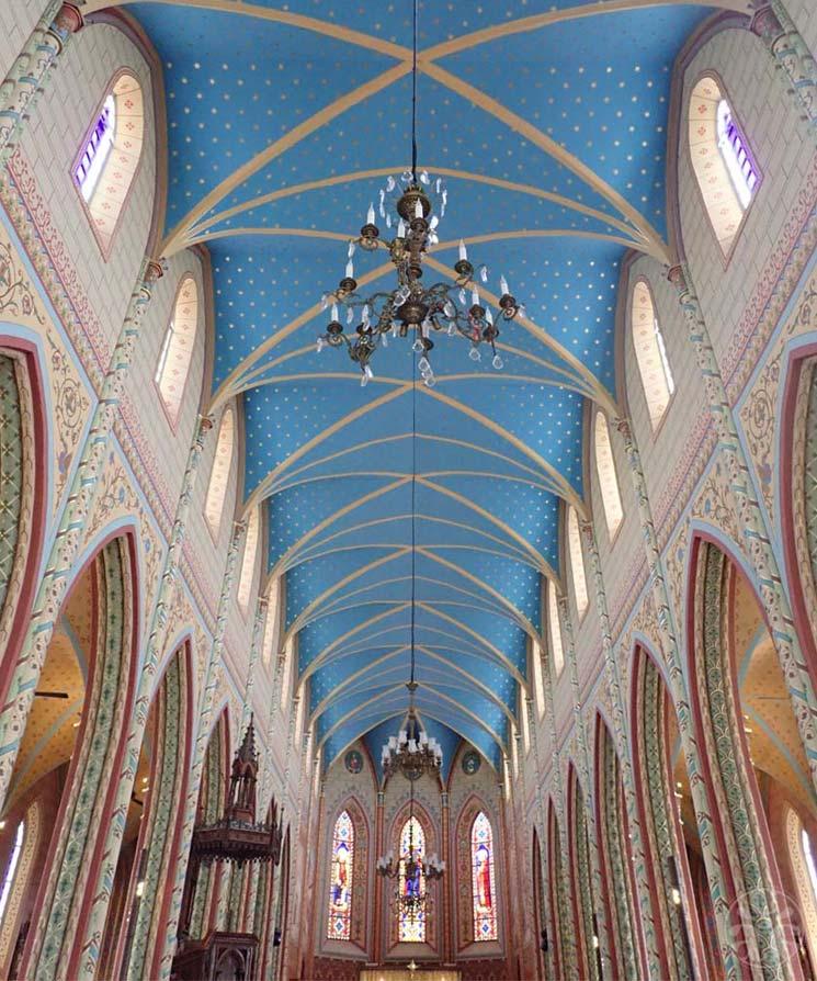 Allée centrale de l'église