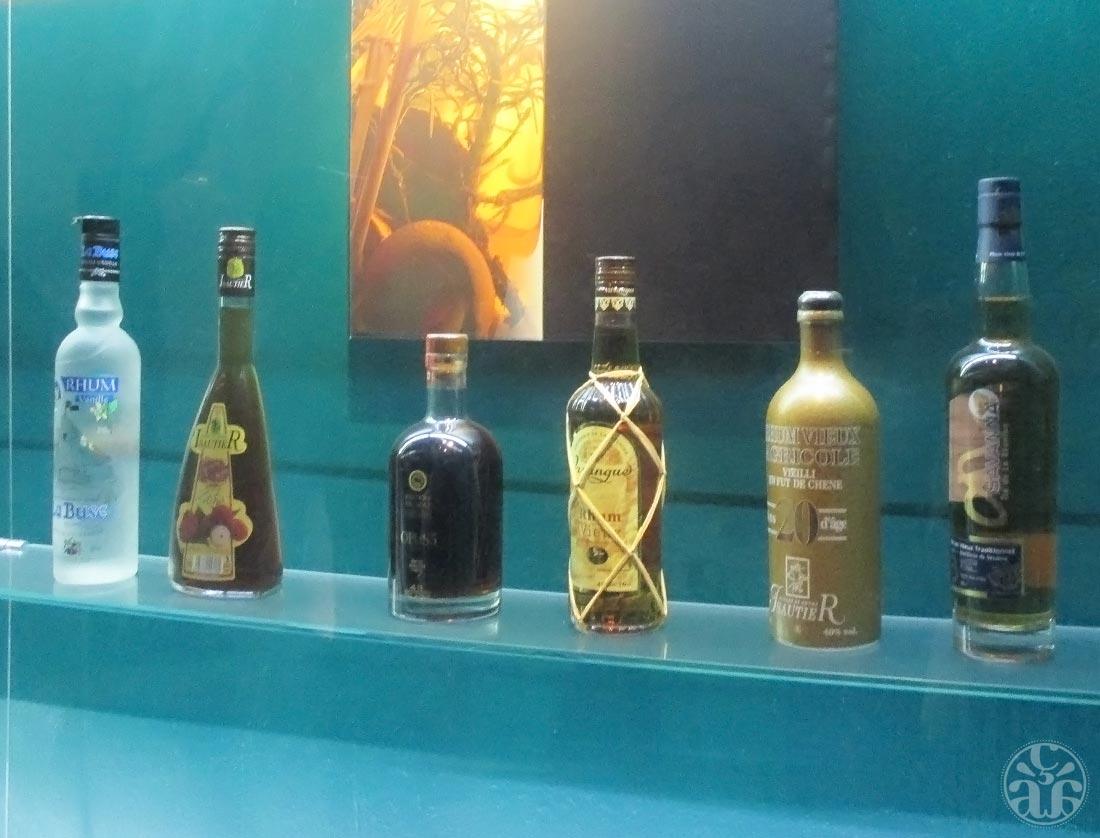 Anciennes bouteilles de rhum (merci à M. pour la photo)