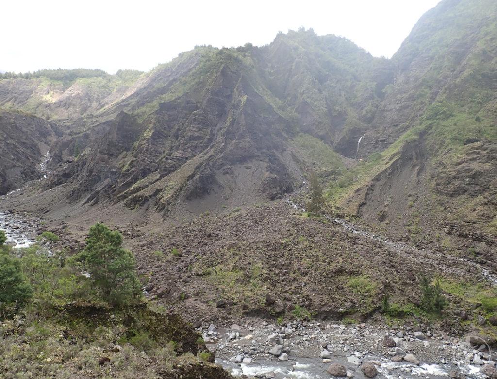 Paysage escarpé autour de la rivière