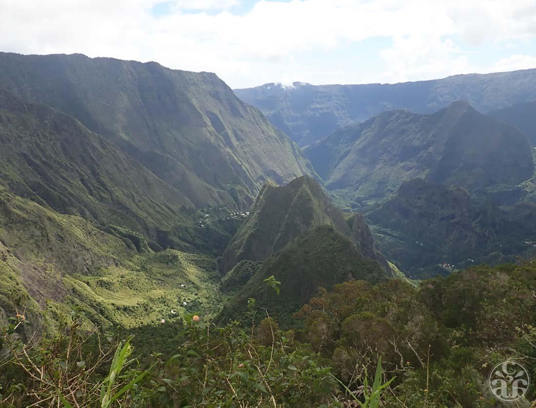 Ascension du Maïdo, vue sur La Brèche au centre