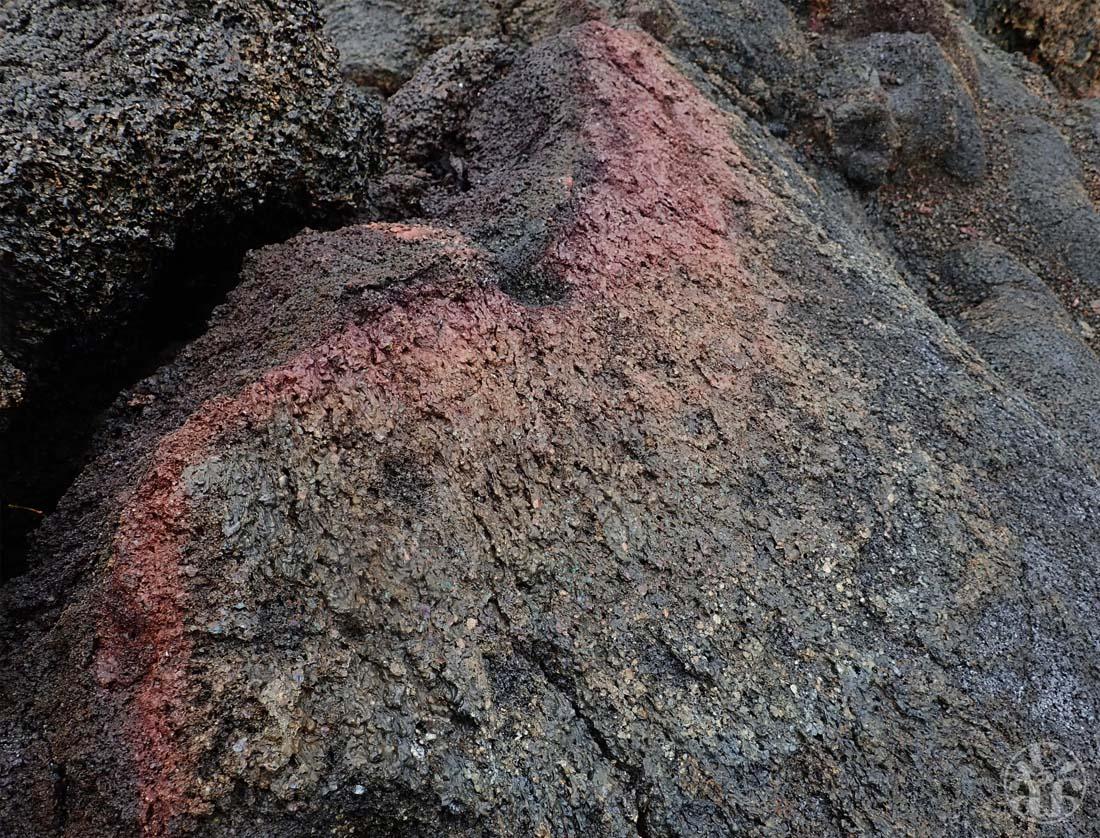La présence de fer et de souffre créé ce dégradé du rouge au jaune/vert