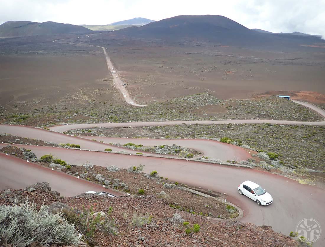 Vue sur le Plaine des Sables depuis le Pas des Sables. Au loin, le Pas de Bellecombe et le volcan.
