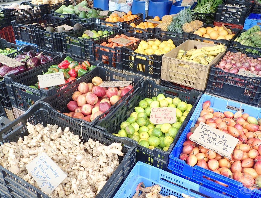 Le marché propose des fruits et légumes locaux et de saison