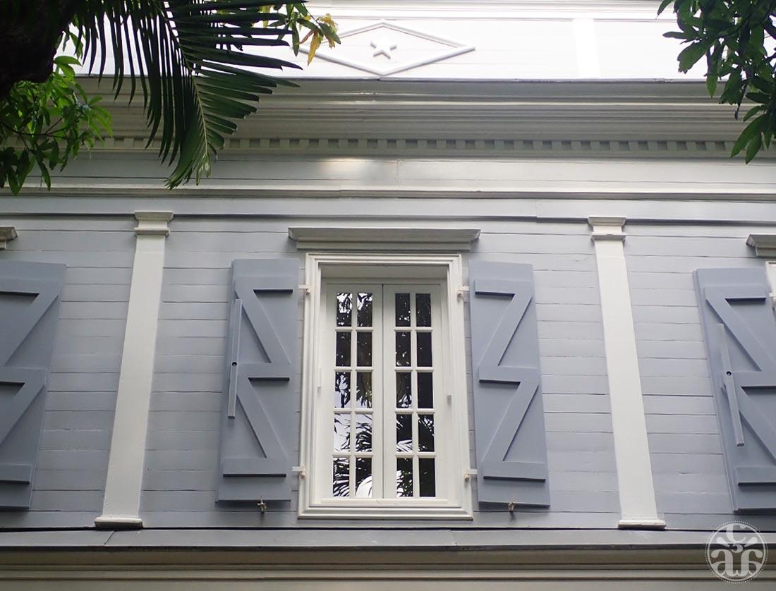 Façade de la villa et un œil (le losange)
